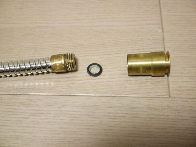 【DIY】シャワーホース取り付け部(ワンタッチジョイント方式)の金具をホースから外す