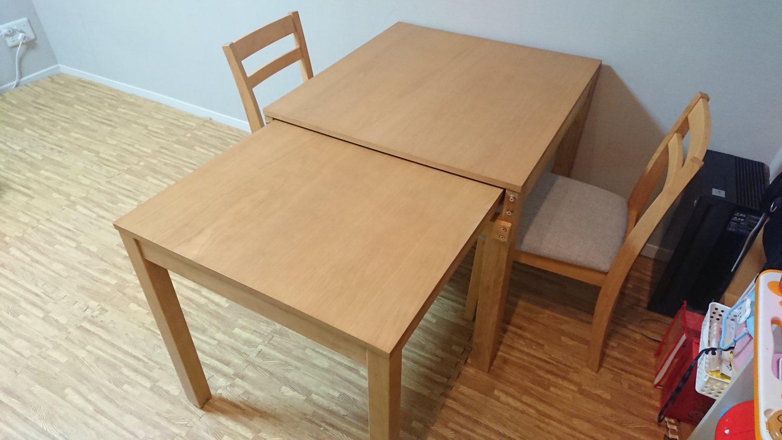 スライドして伸ばせば4人掛けできるダイニングテーブルが便利でオススメ
