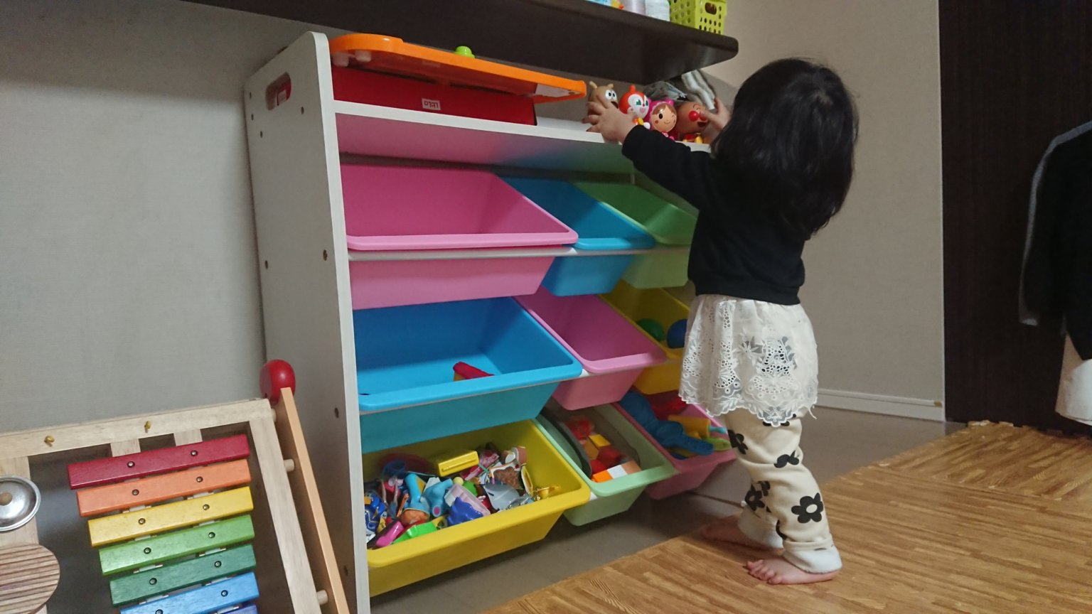 子供のオモチャ整理に便利なトイラック。ランドセルも置ける天板付き。