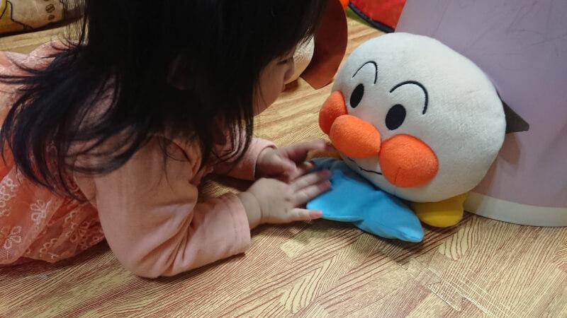 娘と一緒に楽しく遊ぶ♪アンパンマンの人形とボールのプールで遊びました♪
