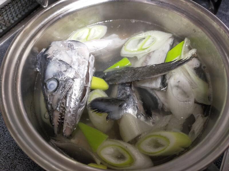 サゴシ(サワラ)をはじめて捌いて料理に挑戦!美味さに感動!?【ショアジギで人気の魚種】あら煮 味噌汁
