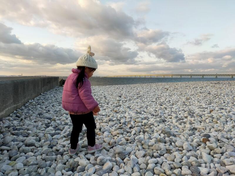 【りんくうマーブルビーチ】きれいな大理石の丸石がいっぱい♪釣りができる防波堤も発見♪【大阪】