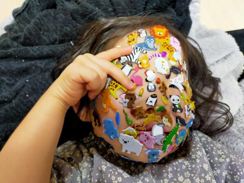 顔にシールを貼って楽しく遊んだよ♪ブロックやぬいぐるみなど最近の娘の遊びを紹介【家族の時間】